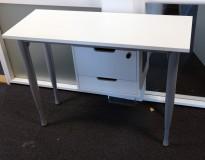 Sidebord til skrivebord 100x40cm i Kinnarps Series One i hvitt med liten skuffseksjon, grå ben, pent brukt