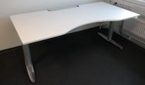 Kinnarps T-serie elektrisk hevsenk skrivebord 180x90cm i hvitt, mavebue, pent brukt