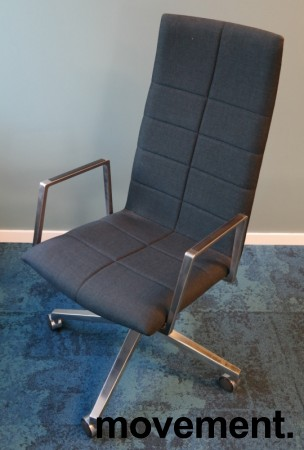 Lekker konferansestol på hjul i mørkt blått remix-stoff / polert aluminium, Lammhults Archal med høy rygg, pent brukt bilde 2