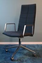 Lekker konferansestol på hjul i mørkt blått remix-stoff / polert aluminium, Lammhults Archal med høy rygg, pent brukt