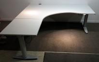 Kinnarps elektrisk hevsenk hjørneløsning skrivebord i lys grå, 180x180cm, sving på venstre side, T-serie, pent brukt