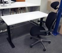 Hjemmekontorpakke - Skrivebord med elektrisk hevsenk 60cm dybde, i hvitt / sort fra Linak og Savo Maxikon kontorstol NYTRUKKET i sort