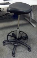 Ergonomisk kontorstol / sadelstol i sort skinnimitasjon fra RH-stolen, pent brukt