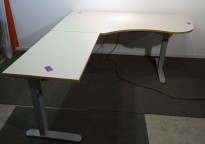 Skrivebord hjørneløsning med elektrisk hevsenk i lys grå med kant i eik fra Linak, 180x200cm, venstreløsning, pent brukt