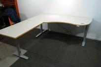 Skrivebord hjørneløsning med elektrisk hevsenk i lys grå med kant i eik fra Svenheim, 180x200cm, venstreløsning, pent brukt
