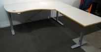 Skrivebord hjørneløsning med elektrisk hevsenk i lys grå med kant i eik fra Svenheim, 180x200cm, høyreløsning, pent brukt