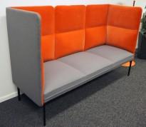 3-seter sofa / lounge i grått stoff / orange velur fra ForaForm, modell Senso med høy rygg / alkovesofa, bredde 194cm, pent brukt