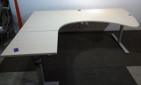 Skrivebord hjørneløsning med elektrisk hevsenk i bjerk laminat, 220x180cm, venstreløsning, pent brukt