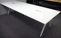 Lekkert møtebord i hvitt fra Randers+Radius, modell Grip meeting, 299x108cm, passer 10-12 personer, pent brukt