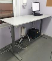 Elektrisk hevsenk skrivebord fra EFG, lys grå plate, 200x73cm, grått understell, 118cm maxhøyde, pent brukt