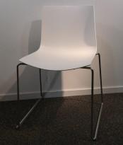 Arper Catifa 46, stablebar design-stol i hvitt / krom, meieunderstell, pent brukt
