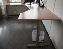 Hjørneløsning elektrisk hevsenk fra Kinnarps i bøk laminat / grått, T-serie, 280x220cm, venstreløsning, pent brukt