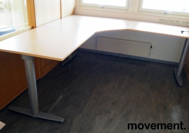 Kinnarps elektrisk hevsenk hjørneløsning skrivebord i bøk laminat, 220x220cm, dybde 80cm, T-serie, pent brukt bilde 1