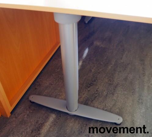Kinnarps elektrisk hevsenk hjørneløsning skrivebord i bøk laminat, 220x220cm, dybde 80cm, T-serie, pent brukt bilde 3