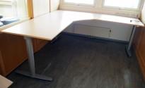 Kinnarps elektrisk hevsenk hjørneløsning skrivebord i bøk laminat, 220x220cm, dybde 80cm, T-serie, pent brukt