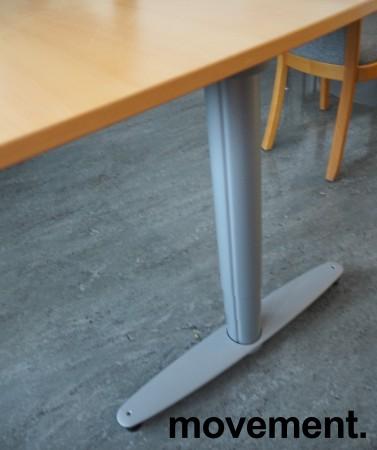 Hjørneløsning med elektrisk hevsenk fra Kinnarps, T-serie i bøk / grått, 210x220cm, venstreløsning, pent brukt bilde 5