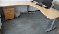 Hjørneløsning med elektrisk hevsenk fra Kinnarps, T-serie i bøk / grått, 210x220cm, venstreløsning, pent brukt