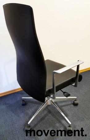 Konferansestol fra Akaba, modell Muga, Design: Jorge Pensi, Sort/Polert aluminium, pent brukt bilde 2