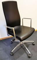 Konferansestol fra Akaba, modell Muga, Design: Jorge Pensi, Sort/Polert aluminium, pent brukt