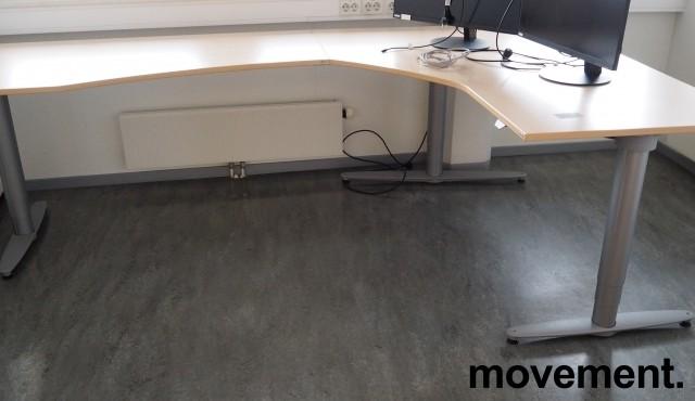 Hjørneløsning med elektrisk hevsenk fra Kinnarps, T-serie i bjerk laminat / grått, 160x260cm, pent brukt bilde 1