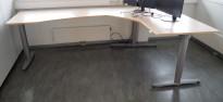 Hjørneløsning med elektrisk hevsenk fra Kinnarps, T-serie i bjerk laminat / grått, 160x260cm, pent brukt