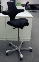 Ergonomisk kontorstol fra Håg: Capisco 8106, sort stoff, grått kryss, høy, 85cm maxhøyde, pent brukt
