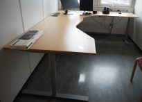 Hjørneløsning elektrisk hevsenk fra Kinnarps i bøk laminat / grått, Oberon, 280x220cm, høyreløsning, pent brukt