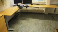Hjørneløsning elektrisk hevsenk fra Kinnarps i bøk finer/ grått, T-serie, 280x220cm, venstreløsning, pent brukt