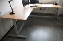Kinnarps elektrisk hevsenk hjørneløsning skrivebord i bøk laminat, 240x220cm, dybde 80cm, T-serie, pent brukt
