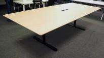 Lekkert møtebord fra Montana, hvitlasert eikefiner / sortlakkert metall, 280x100cm, passer 8-10 personer, pent brukt utstillingsmodell
