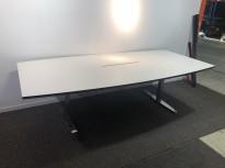 Møtebord i hvitt med sort forkant, ben i krom, 240x120cm, for 8-10pers, pent brukt