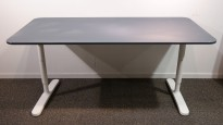 IKEA Bekant skrivebord i mørk blå linoleum med hvitt understell, 160x80cm, pent brukt