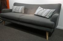 3-seter sofa i mørkt grått stoff, bredde 193cm, pent brukt